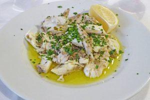 Piatto di pesce in salsa all'olio di oliva